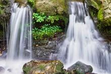 湍急瀑布高清图片