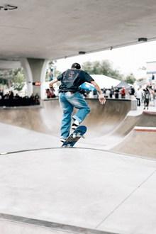 玩滑板帅哥背影 玩滑板帅哥背影大全图片下载