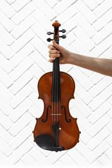 拿小提琴高清图
