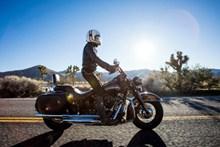 骑摩托车帅气机车手图片大全