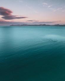 宽广平静海面唯美意境高清图片