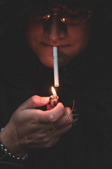 午夜抽烟男人图片