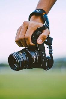 手拿着相机高清图