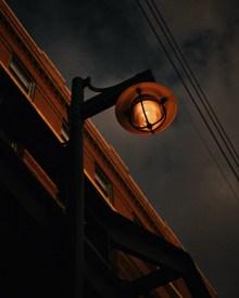 夜晚昏暗路灯图片