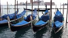 威尼斯小船只停靠图片下载