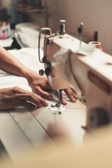 正在工作的缝纫机高清图