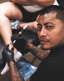 纹身师正在纹身高清图