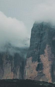 云霧繚繞山峰高清圖片素材