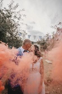 新郎新娘接吻婚纱照图片下载