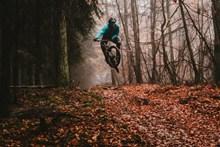户外自行车跳跃姿势高清图片