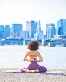 反手合十瑜伽动作图片