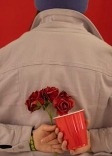 背后手拿花朵精美图片