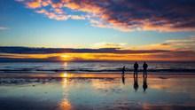 黄昏余晖海滩唯美风景图片下载