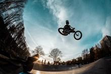 自行车空中飞跃表演高清图