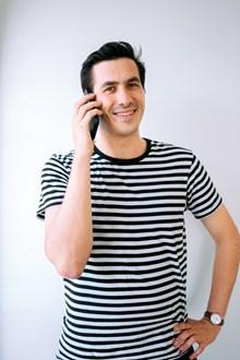 接聽電話的男人圖片下載