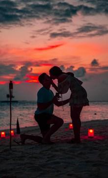 海滩情侣浪漫接吻高清图片