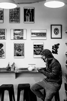 一个男人身影黑白图片素材