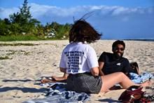 沙滩上的情侣高清图片