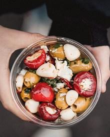 手捧一碗水果沙拉高清图片
