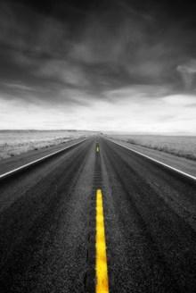 笔直的柏油路高清图