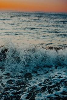 海浪拍打浪花图片