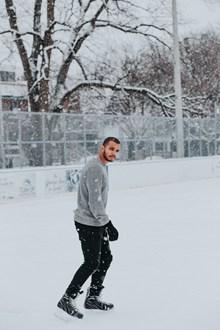 男人冬季户外溜冰图片素材