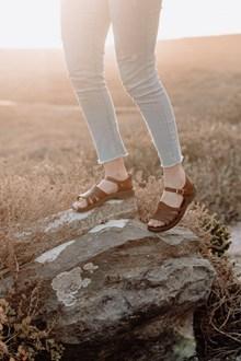 逆光牛仔裤女人双腿图片下载
