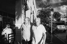 国外老兄弟户外散步高清图片