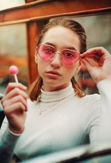 时尚眼镜美女写真图片下载