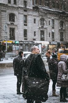 下雪天人物背影图片素材