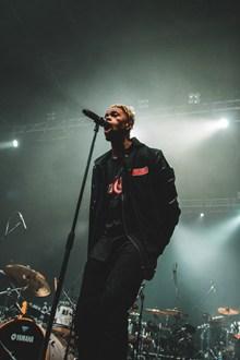 黑人男歌手唱歌图片