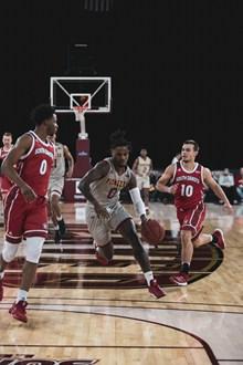 室内篮球场打球比赛照片高清图片