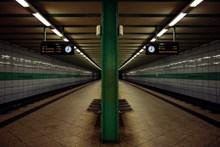 地下列车车站站台图片下载