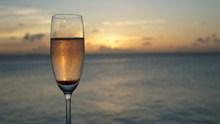 一杯唯美香槟酒图片大全