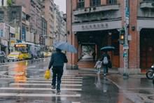 雨中撑伞走路背影高清图