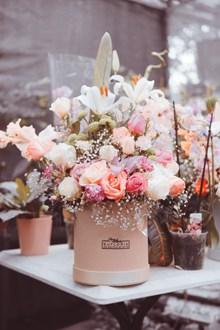 一桶玫瑰花高清图片