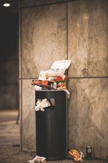 黑色垃圾桶高清图片