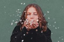 年轻吹花瓣女生图片下载