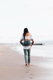 男背女海边情侣背影高清图