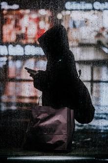 雨中一个人孤独身影图片下载