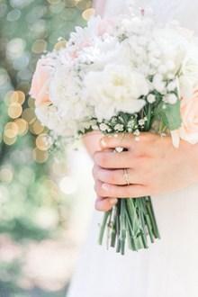 白色婚礼手捧花图片素材