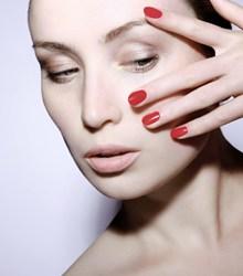 美女彩妆红色美甲精美图片