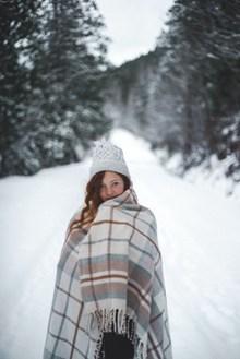 冬季雪地美女图片下载