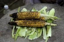 美味烤玉米棒图片