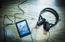 黑色耳机与平板高清图片