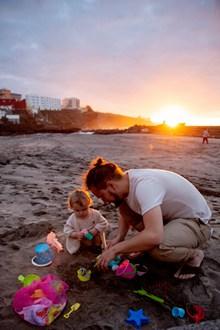 沙滩上亲子游戏高清图片