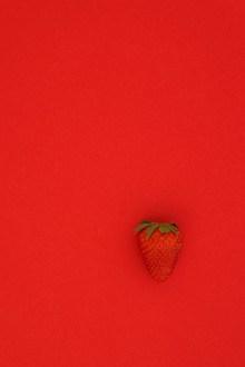 新鲜草莓红色背景图片