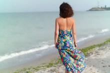 海边人体美女背影图片素材