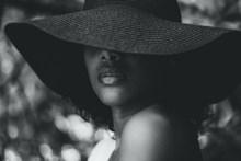 草帽美女黑白头像图片下载