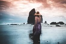 海边美女人体背影图片素材